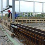 der Betonsockel mit HTU/PTU Schiene wird erstellt