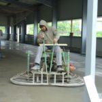 Veredelung der Bodenplatte durch Flügelglätten und Einbau eines Hartstoffes